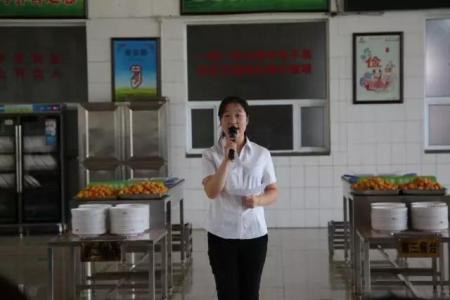 鑫华新公司集体生日聚会在多功能厅举行