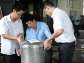 炎炎夏日送温情--管理干部为一线家人送绿豆汤